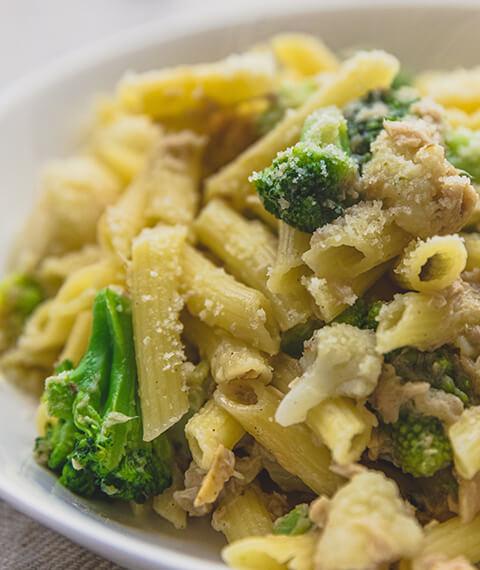 Mezzemaniche con tonno, broccoli e pecorino